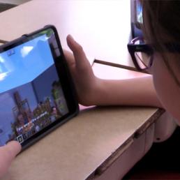 élève utilisant une tablette iPad.